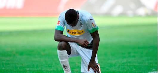Bundesliga, il Borussia batte l'Union. E Thuram si inginocchia per George Floyd