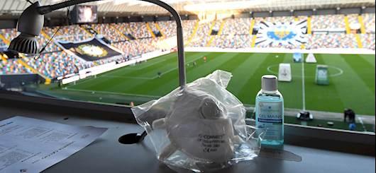 Calcio e Coronavirus: nel Kosovo gli arbitri effettuano il tampone... in campo! Le foto